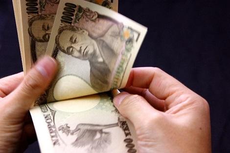 一万円札を数える