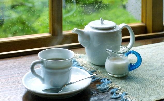 雨の日の静かなコーヒータイム