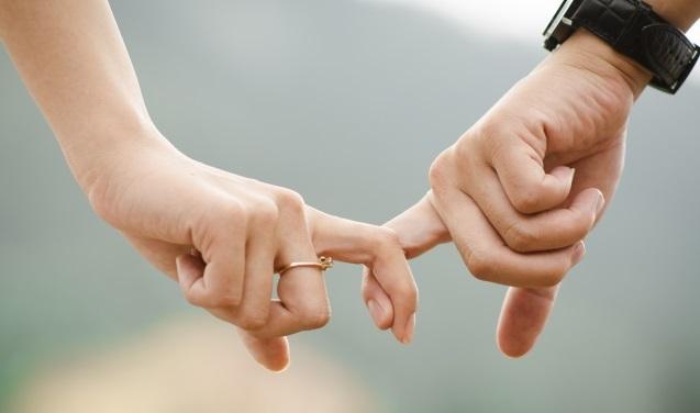 指を絡める2人