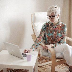 白髪の素敵な女性