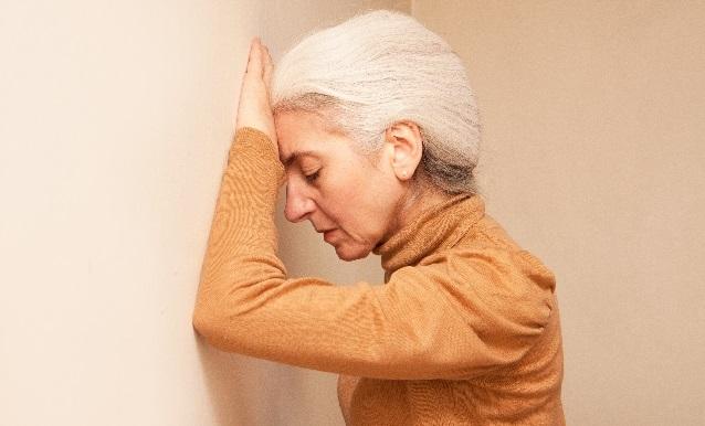 白髪に悩む女性