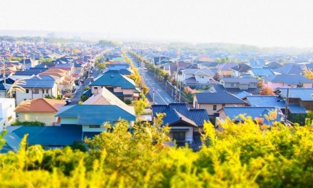 高台から見る秋の住宅街