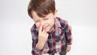 鼻をほじほじする小さな子供