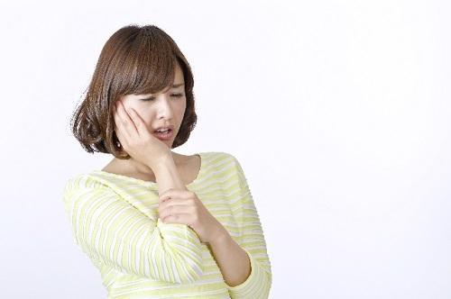 口の中が痛い女性
