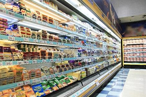 大型スーパーの食品売り場