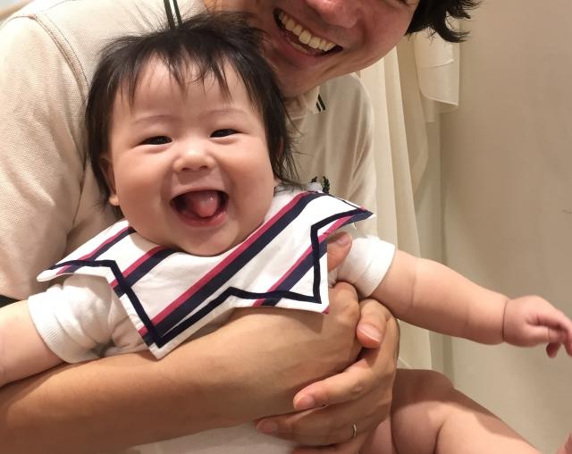 パパに抱っこされてうれしい赤ちゃん